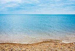 Галечный каменный пляж