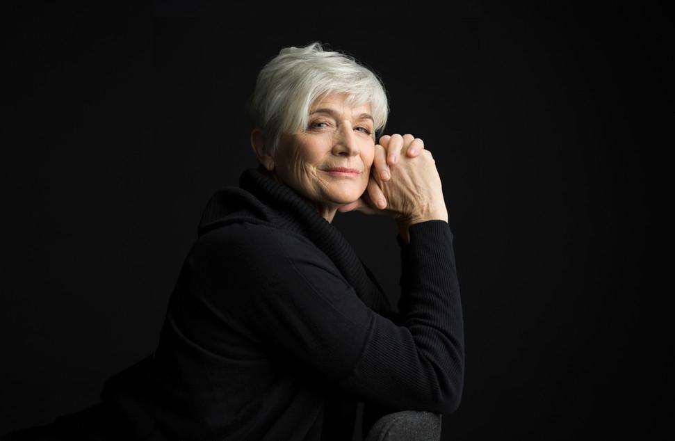 Senior femme en noir