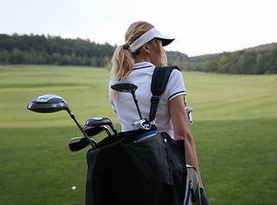 Golfeuse avec des clubs