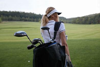 クラブを持つ女性ゴルファー