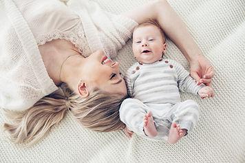 Maman et bébé heureux