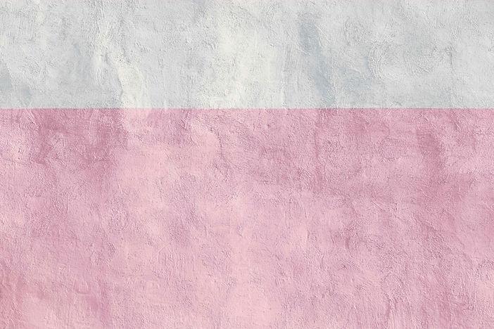 Roze en witte betonnen muur