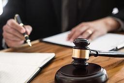 שופט חותם על פסק דין