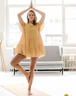 ドレスでヨガを練習