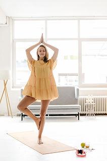 Yoga mit Kleid praktizieren