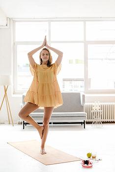 Practicando yoga con vestido