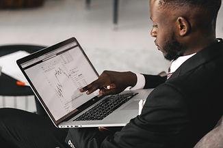 Un homme pointant sur son écran d'ordina