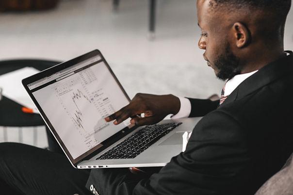 Un hombre apuntando a la pantalla de su
