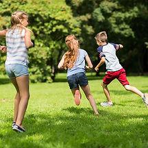 Enfants courir jardin