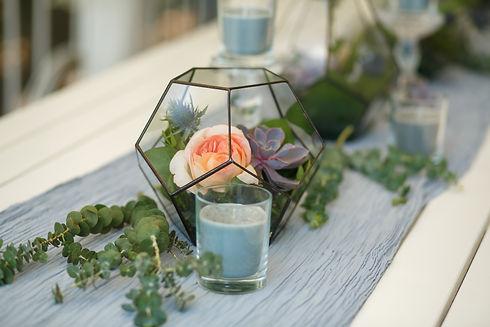 新鮮でみずみずしいバラの花が入ったフロラリウム