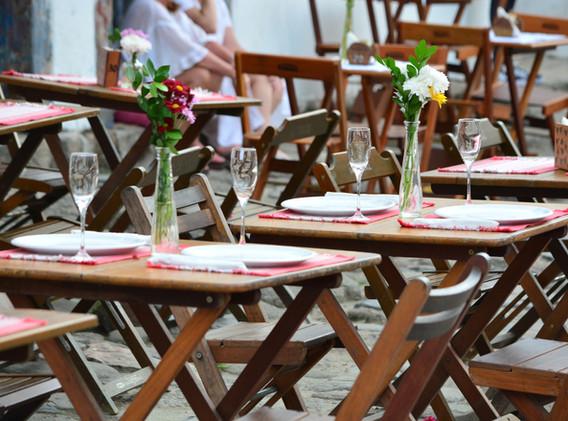 Tische mit Blumen
