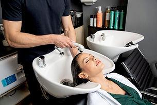 Lavando o cabelo no cabelereiro