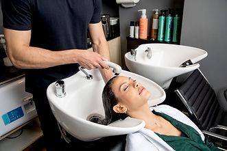 Lavagem de cabelos no salão de beleza