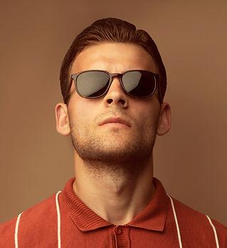 Modèle avec lunettes de soleil