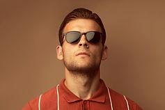 Modello con occhiali da sole