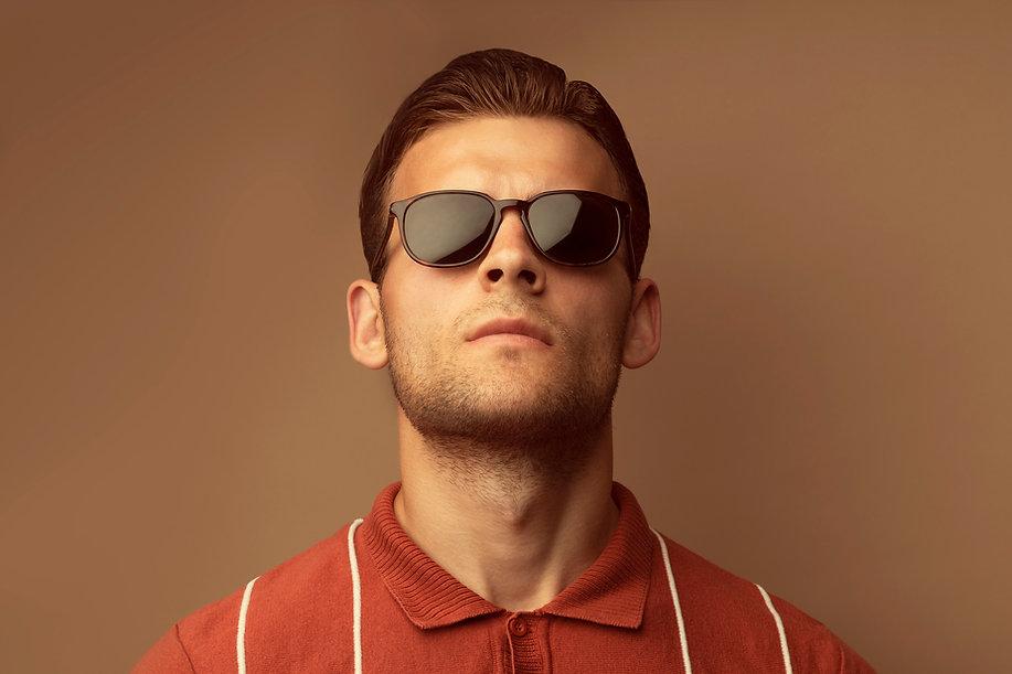 Modèle avec lunettes homme de soleil Clea Ricci