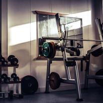 Fitnessstudio mit Kurz- und Langhanteln