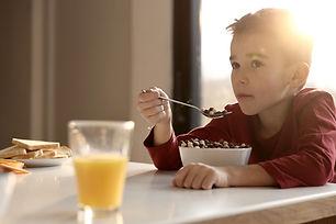 아침을 먹는 소년