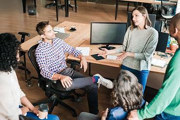 Colegas em reunião informal