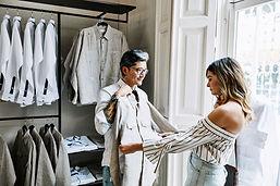 Une femme dans une boutique