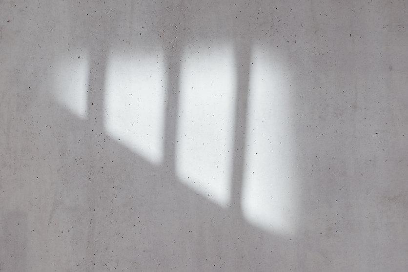 Sombra en muro de hormigón