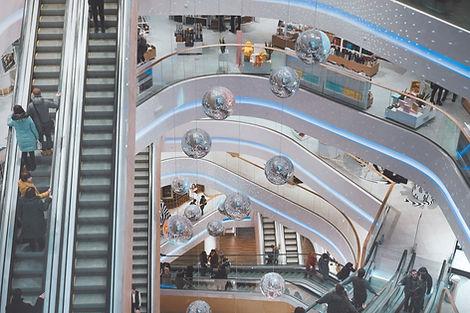 Escalators de centre commercial (magasin) sécurisé par la société ATMOS Sécurité Bretagne sur rennes pour lutter contre les vols grâce à des agents de sécurité et sécurité incendie en poste