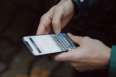 Mit einem Smartphone