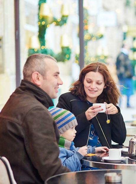 Famille dans un café