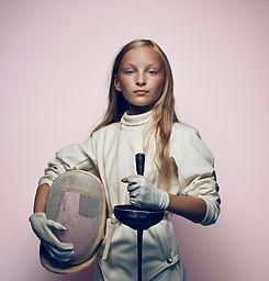 Молодая девушка фехтование