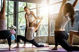 Cours de yoga femmes lumière