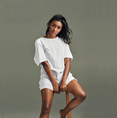 Femme en t-shirt blanc