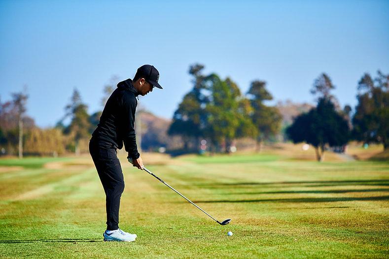 ゴルフプレー中の男性