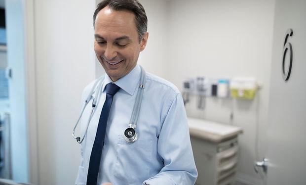 Médico sonriendo