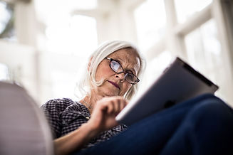 タブレットデバイスで読書をしている女性
