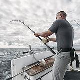Pescador en barco pesquero