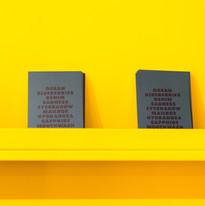 Bücher an einer gelben Wand