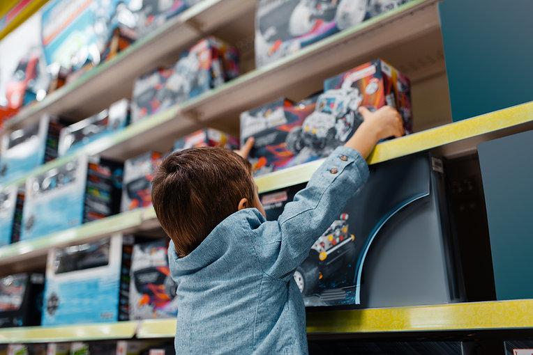 Chico en juguetería