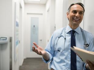 Sonriente hombre médico