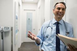 Lächelnder männlicher Doktor