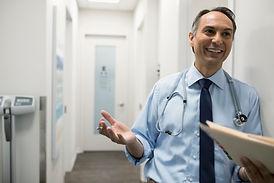 Médecin souriant