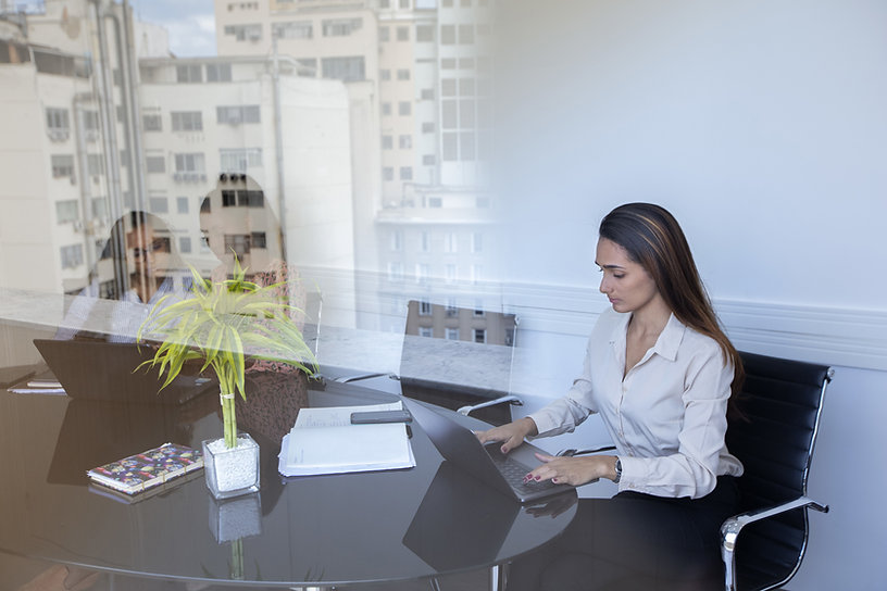 Mulher trabalhando com laptop