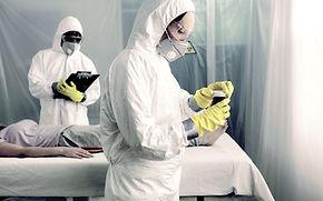 Medici con tute di protezione batteriolo
