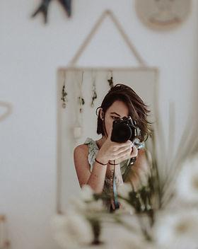 Femme se prenant en photo devant son mir