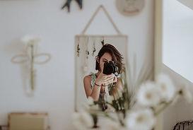 Femme se prenant en photo devant son mirroir