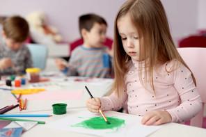 Mädchen malen mit Pinsel