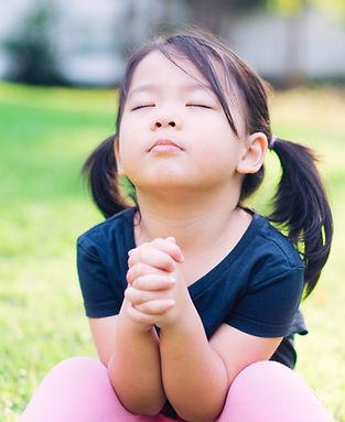 Kleines Mädchen beten