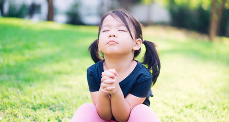 Petite fille priant