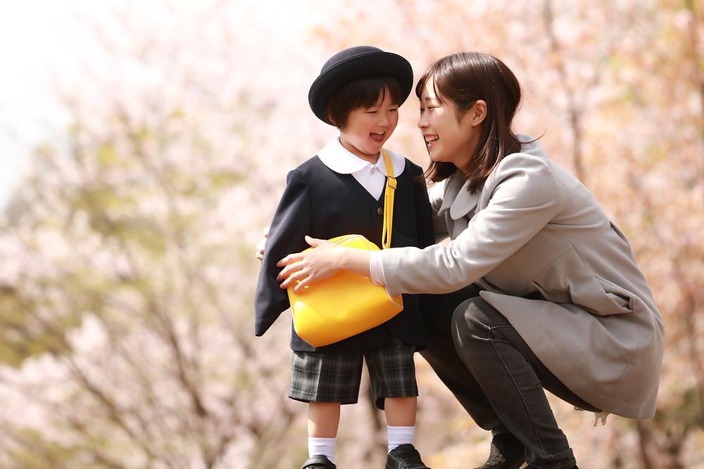 幼い子供とお母さん