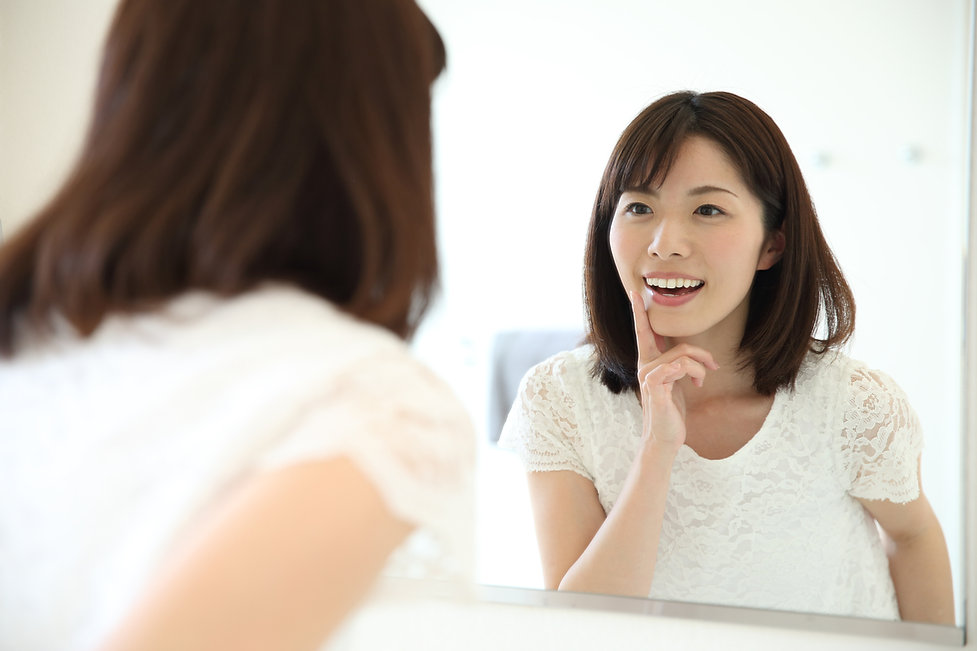 歯をチェックする女性