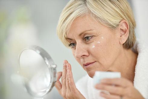 Женщина, применяющая крем для лица